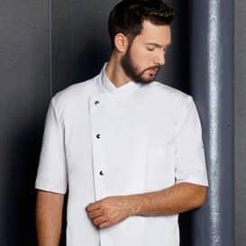 Koch mit kurzärmliger weißer Kochjacke