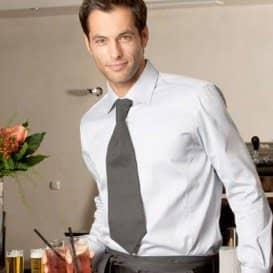 Kellner mit grauer Krawatte