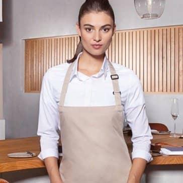 Frau mit beiger Gastronomie Latzschürze