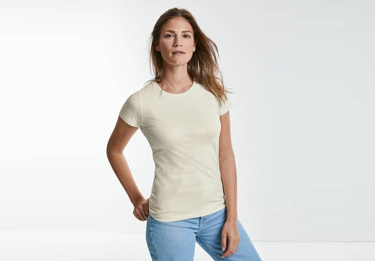 Weibliches Model mit beigem Russell T-Shirt
