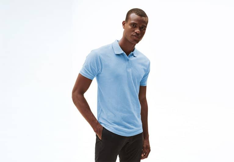 Männliches Model mit hellbauem Russell Poloshirt