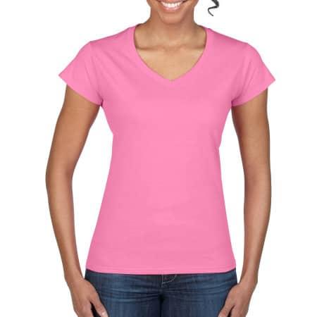 Softstyle® Ladies` V-Neck T-Shirt in Azalea von Gildan (Artnum: G64V00L
